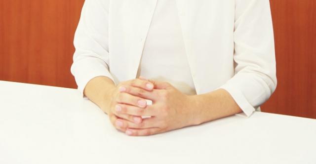 カウンセリング_女性の手